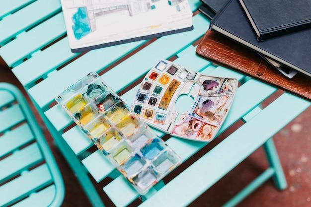 テーブル上の水彩画とスケッチブック