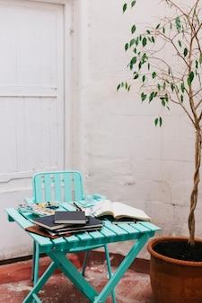 水彩画とスケッチブック付きのテーブル
