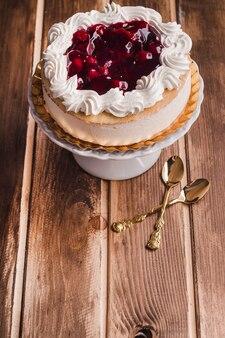 クリームとジャム入りのムースケーキ