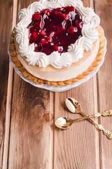 白いスタンドにカスタードのベリーケーキ