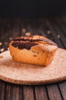 木製のテーブル上の美しい小さなケーキ