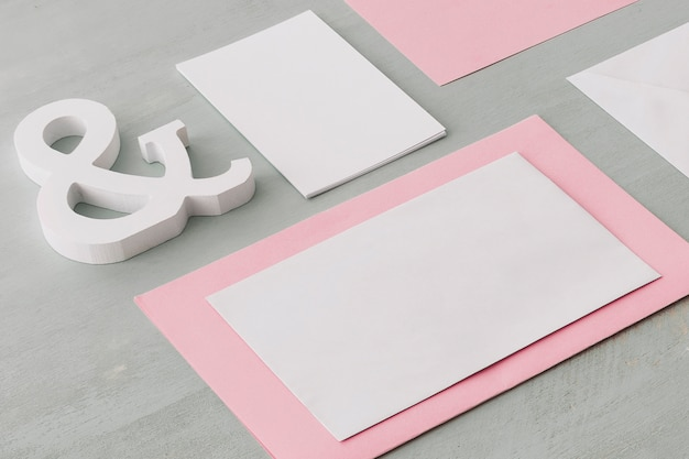 空のカードで文房具の結婚式のコンセプト