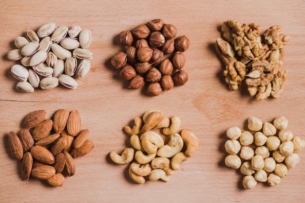 様々なナッツのヒープ