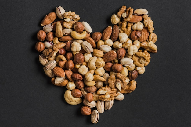 Сердце из разнообразных орехов