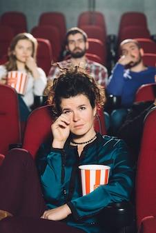 Женщина смотрит печальный фильм