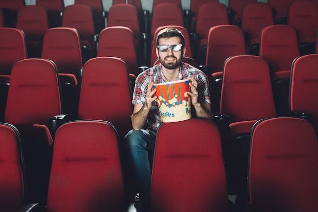 映画館の明るい男