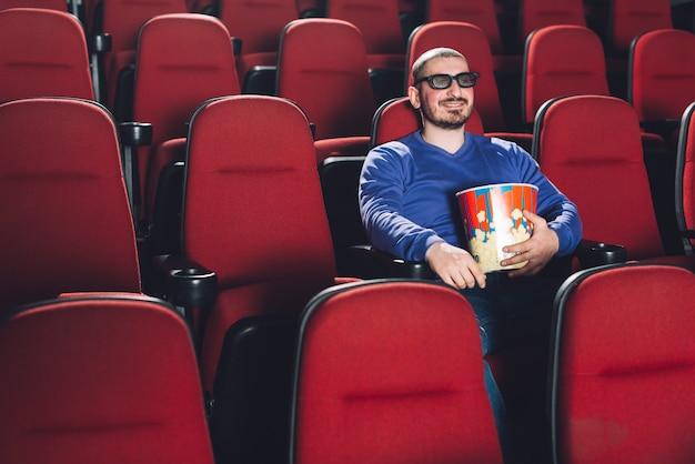 映画館で映画を見ている面白い男