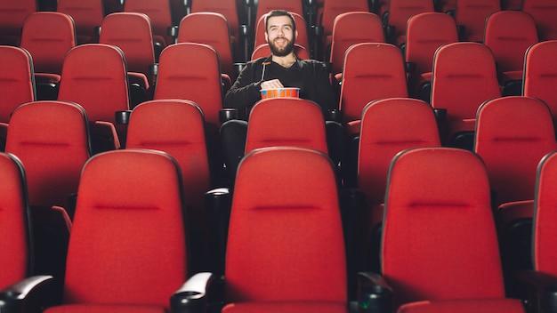 映画館で時間を過ごす男性