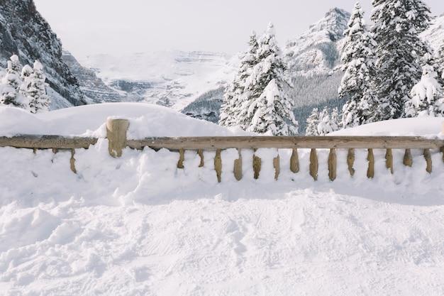 山々の雪で覆われたフェンス