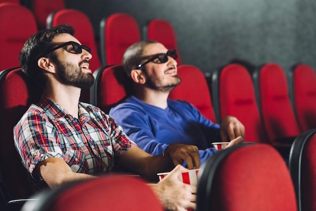 映画館で映画を見ている友人