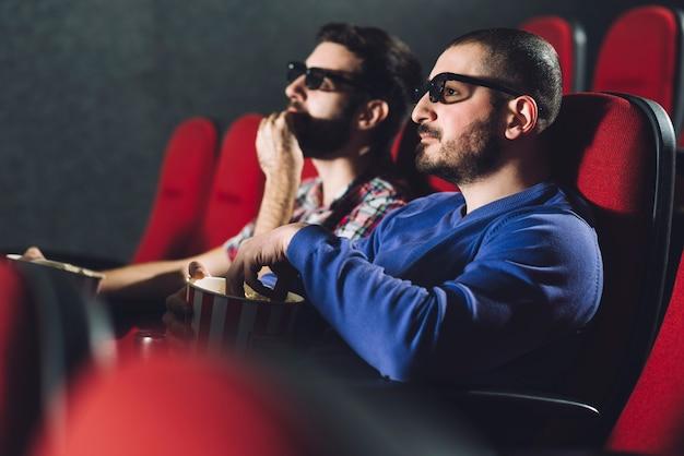 映画館で映画を楽しむ友だち