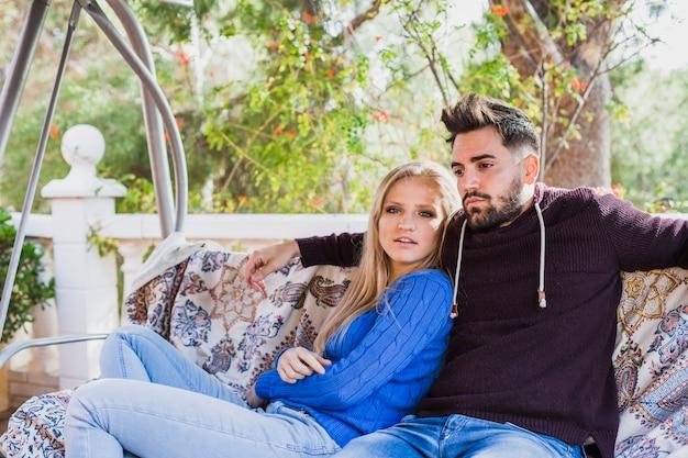 Пара охлаждение на качели диван на террасе