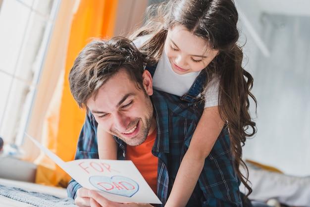 父親の日の概念は、手描きのカードを読んで父と
