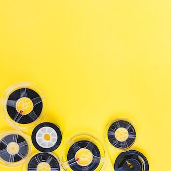 Ленты из катушки для пленки на желтом