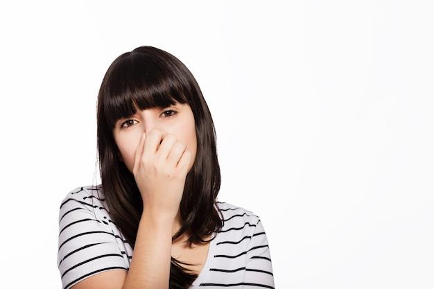 鼻を覆う女性