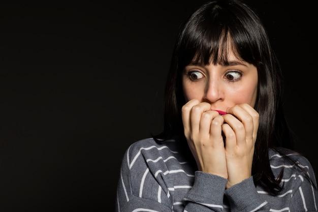 怖い女性の口を覆う