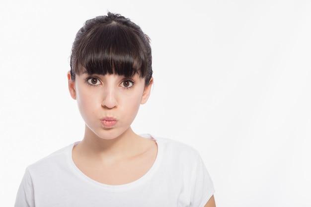 かわいい女性が頬を膨らます