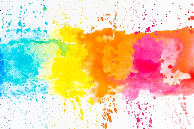 Яркие брызги краски на белом
