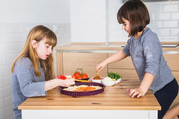 一緒にピザを作る女の子
