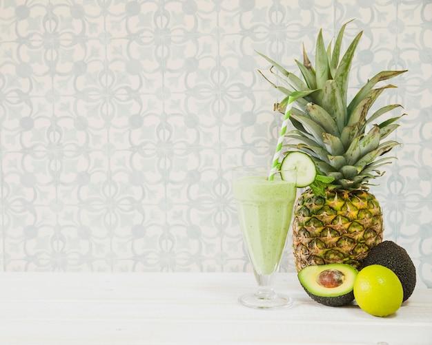 パイナップルとコップスペース付きの夏のスムージー