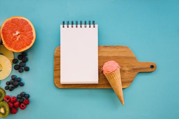 木製のボードにメモ帳とアイスクリームのコンセプト