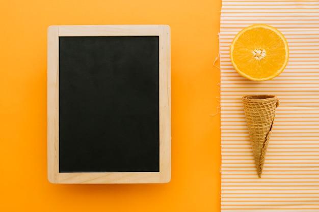 スレートとオレンジスライスのアイスクリームコンセプト