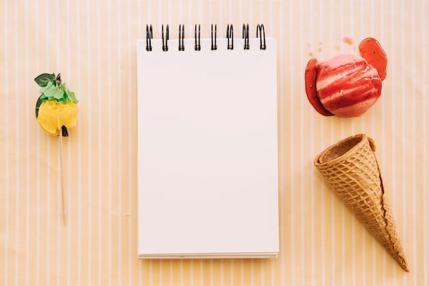 メモ帳とアイスクリームのコンセプト