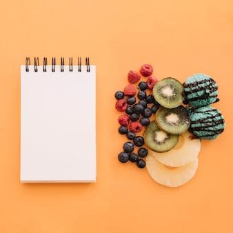 メモ帳と果物のアイスクリームの背景