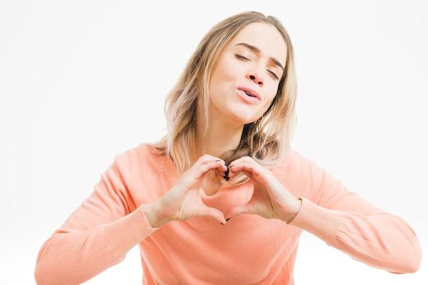 手で心を形成する女性