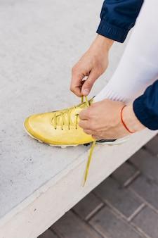 黄色の靴を持つサッカー選手