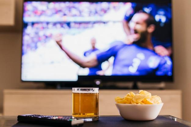 ビールとチップのフットボールのコンセプトを見て