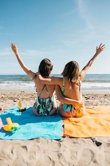 ビーチでの女の子のバックビュー