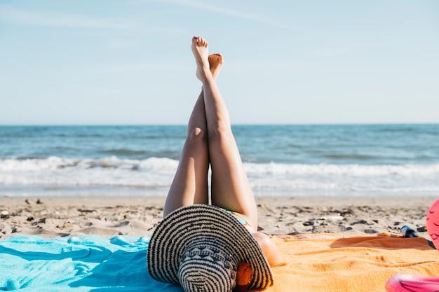 ビーチで女性の足
