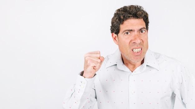 怒っている男が拳を見せている