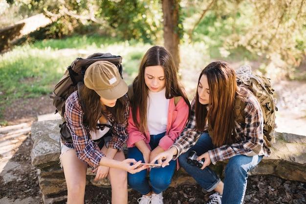 Молодые путешественники, использующие смартфон
