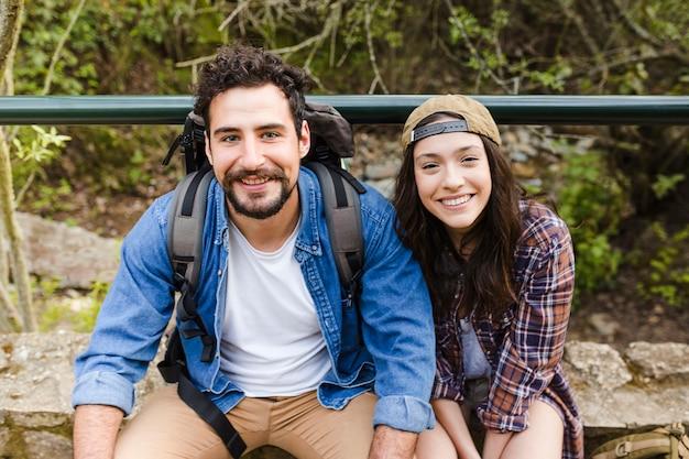 Веселые путешественники, смотрящие на камеру