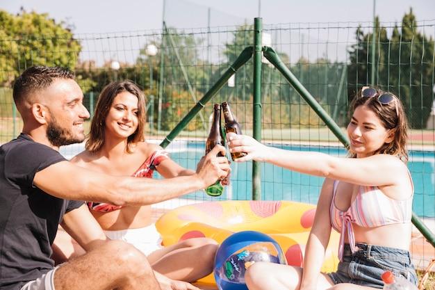 プールの隣にある友情と夏のコンセプト