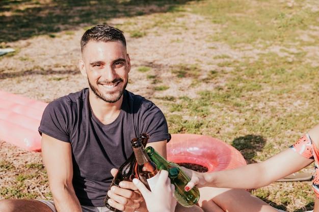 笑顔の人との友情と夏のコンセプト