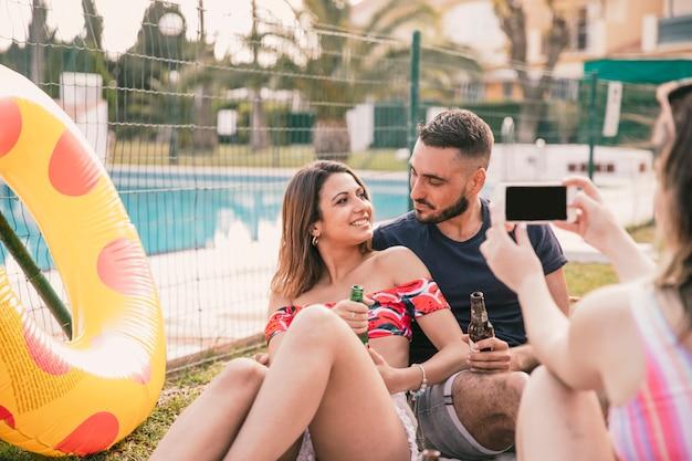 カップルと友情と夏のコンセプト