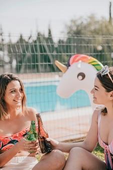 幸せな女の子と友情と夏のコンセプト