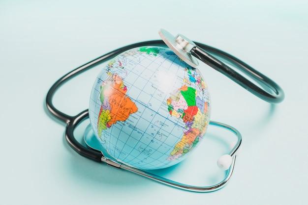 青い背景で世界中の聴診器