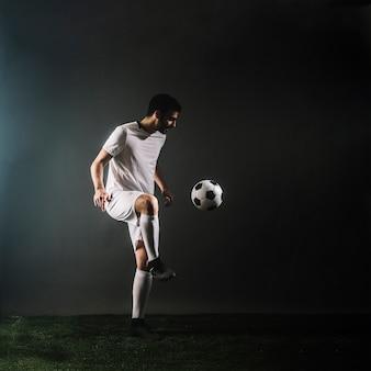 スポーツマンジャグリングサッカーボール