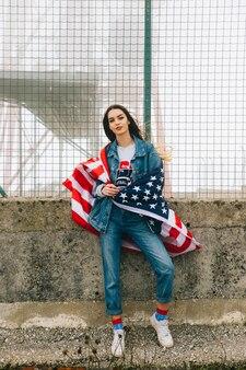 Красивая женщина в джинсах