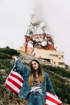 アメリカの旗を持つ女性