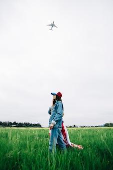 若い女性は草の上に滞在し、笑顔