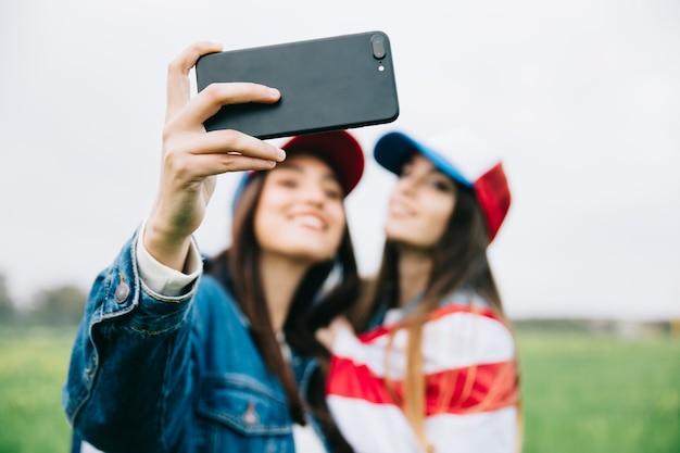 Мягкий фокус женских друзей с телефоном