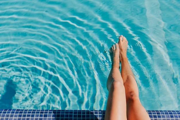 プールの女性の足