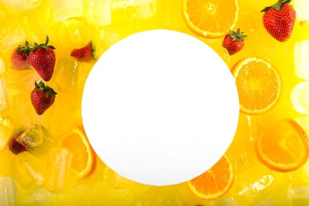 Бумага на коктейле с клубникой и апельсинами