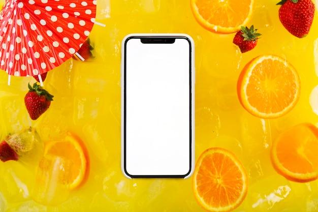 Смартфон на вкусный коктейль