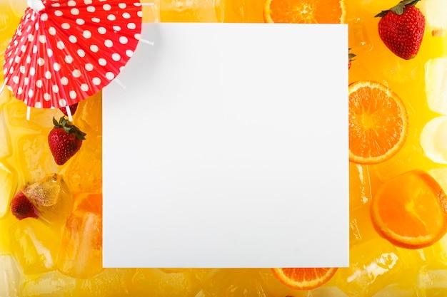 Квадратный лист бумаги на коктейле